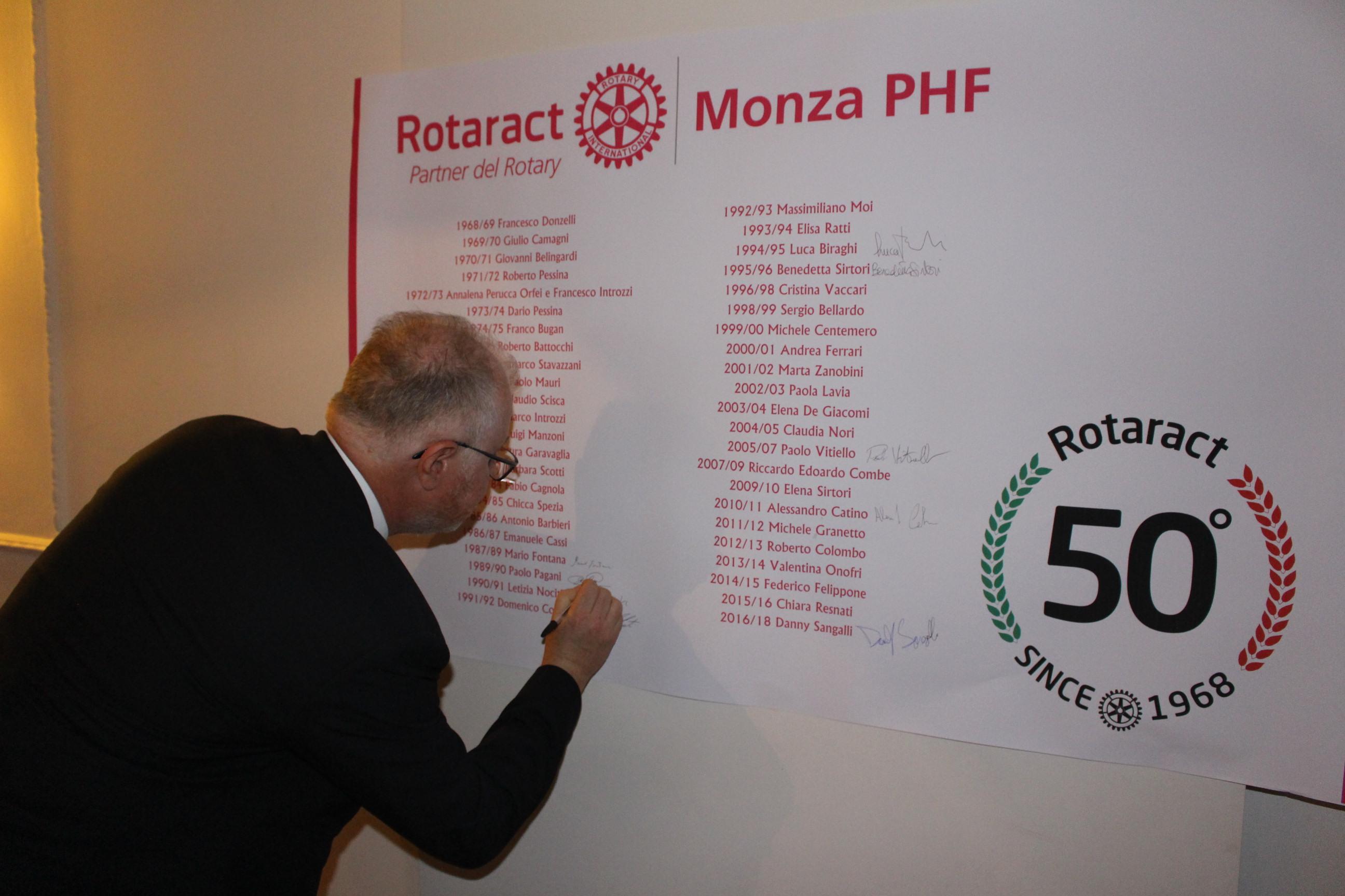 50 anni rotaract i past president firmano di fianco ai loro nomi